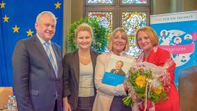 Übergabe der Gedenkschrift durch den Vorstand der Thomas-Dehler-Stiftung