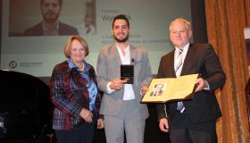 Sabine Leutheusser-Schnarrenberger und Thomas Hacker mit dem Preisträger 2019 Veysel Ok