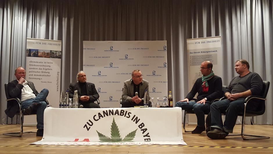 Die Diskussionsrunde (v.l.n.r.): Jugendrichter Andreas Müller, Christoph Rossner (Deutscher Hanfverband), Moderator Sebastian Steinmayr (BLR-Chefredakteur), Fritz Roth (Stv. Vorsitzender FDP München), Günther Weiglein (Schmerzpatient).