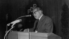 Thomas Dehler am Rednerpult, FDP-Bundesparteitag 1965 in Frankfurt/M.