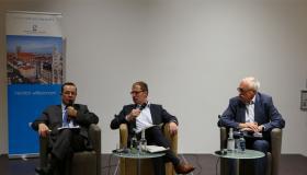 Prof. Dr. Henri Ménudier, Universität Sorbonne, Stephan Sohr, Chefredakteur der Nürnberger Zeitung und Günter Gloser, Staatsminister für Europa a.D.