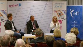 Stefan Windberger (NEOS), Sebastian Steinmayr (Moderator) und Nadja Hirsch (MdEP)