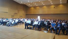 Der große Saal der Uni Regensburg ist gut gefüllt